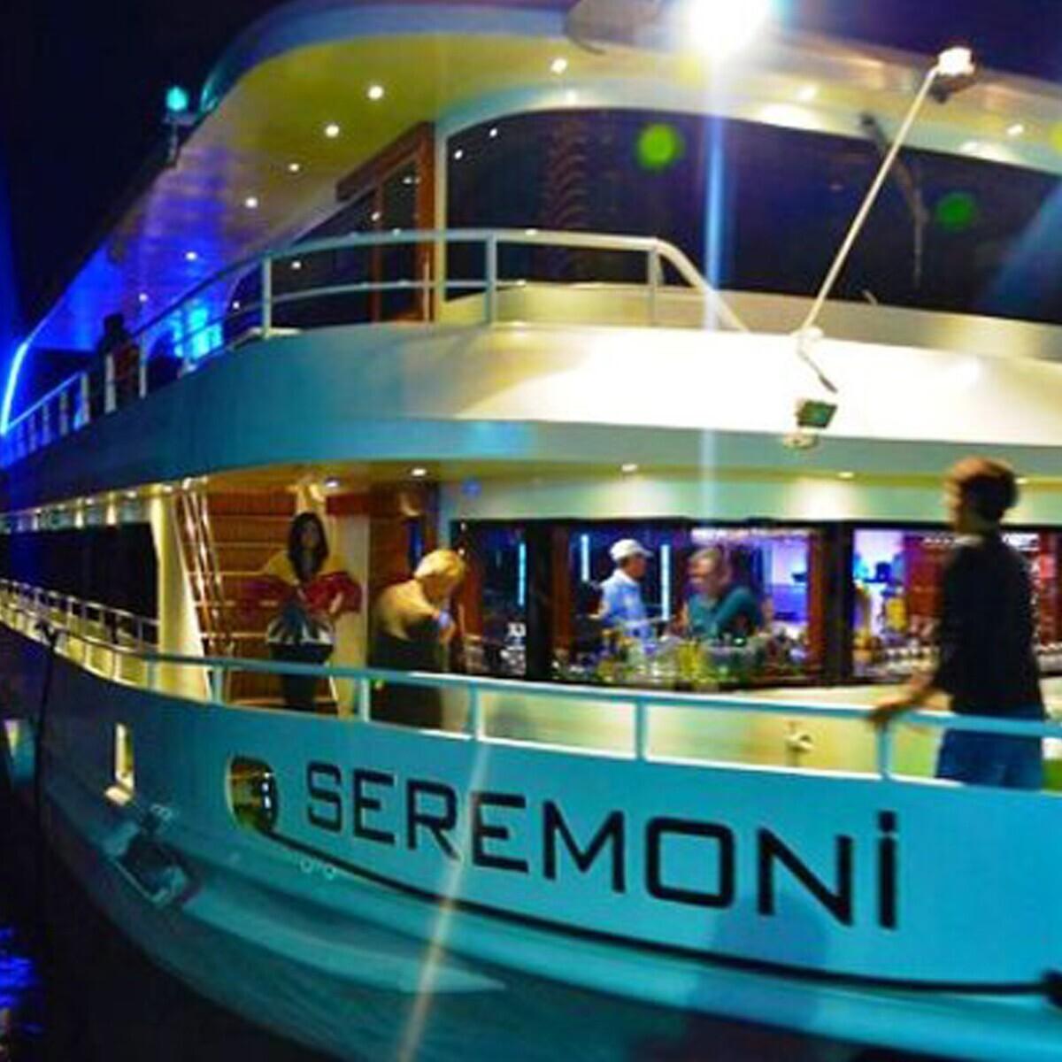 Seremoni Teknesinde Boğazda Leziz Yemekler ve Canlı Müzik İle Eğlence