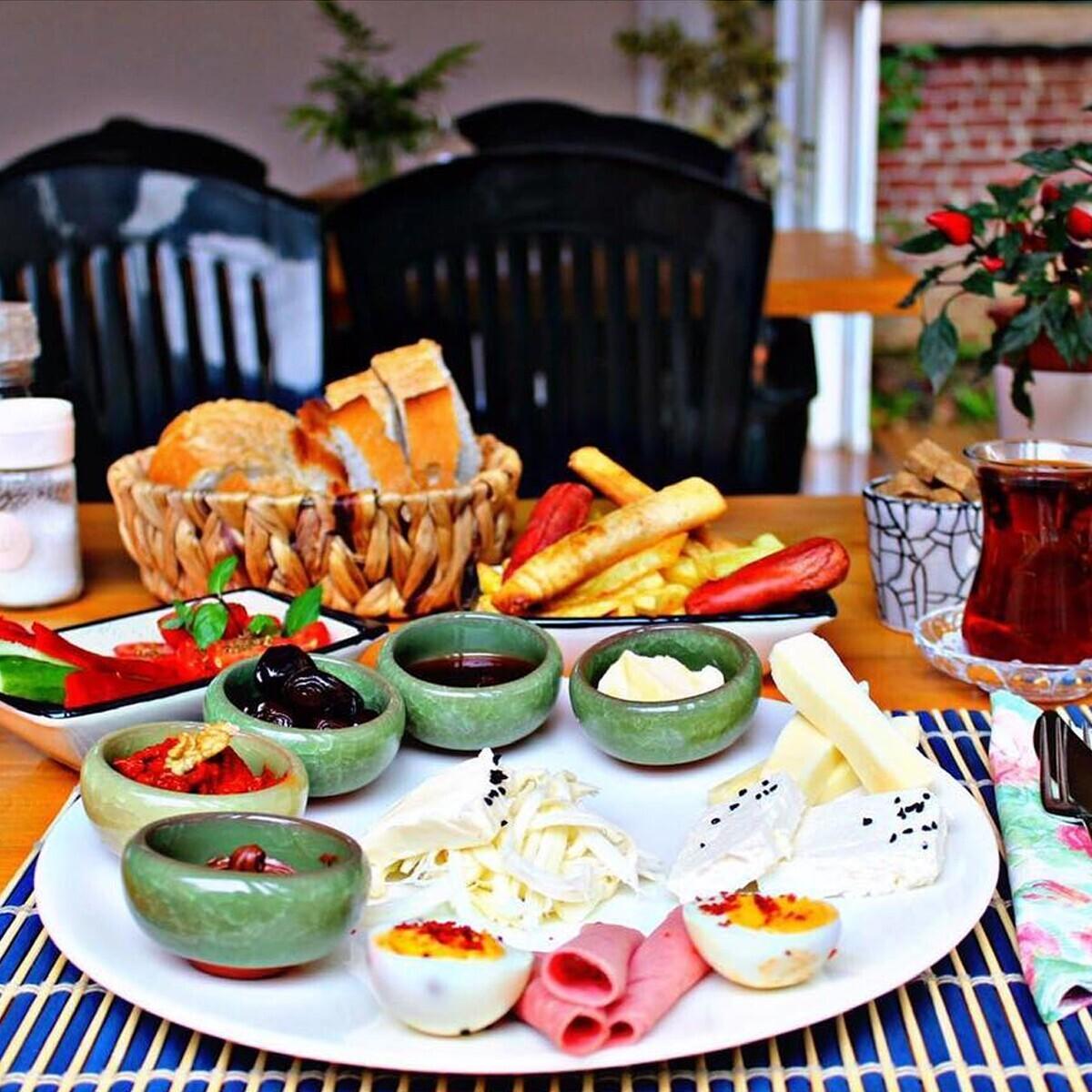 Bu Bahçe Beylerbeyi'nde Leziz Derli Toplu Kahvaltı Menüsü