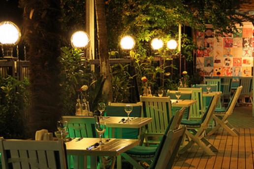 Kadıköy Beyaz Konak'ta 2 Kişilik Aperatif veya Yemek Menüleri Eşliğinde Sinema Paketi