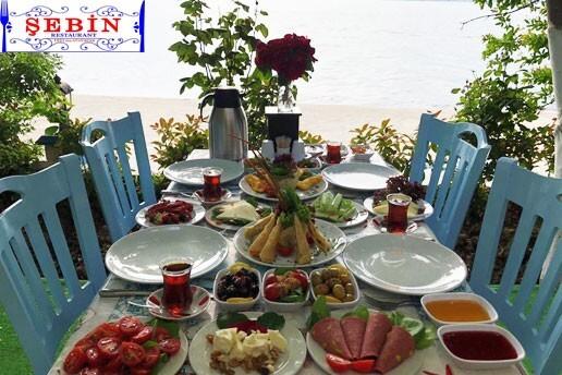 Büyükçekmece Şebin Et & Balık Restaurant'ın Mis Gibi Açık Alanında Denize Sıfır Serpme Kahvaltı Keyfi