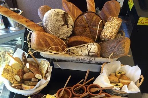 06 Furun Patisserie'de Sınırsız Çay ve Börek Eşliğinde Serpme Kahvaltı Keyfi