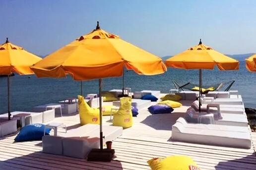 Çeşme Dodo Beach Club'ta Kahvaltı Tabağı veya Hamburger Menu Dahil Tesis Kullanımı & Giriş