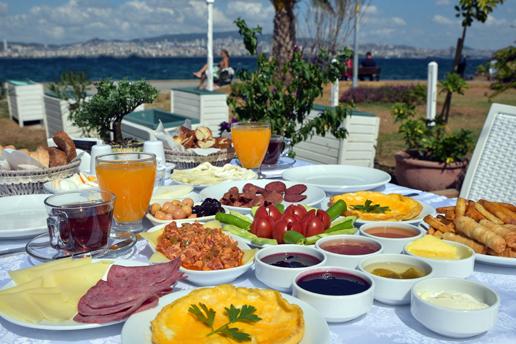 Büyükada Beyaz Bahçe'nin Muhteşem Manzarasına Nazır Enfes Serpme Kahvaltı Sofrası