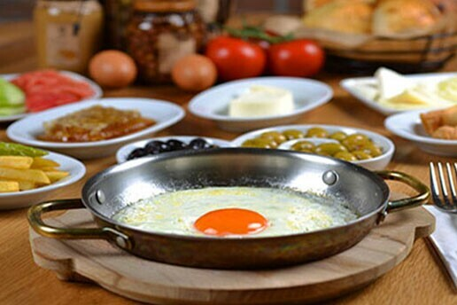 Beytepe Lezzet Sofrası'nda Yeşillikler İçinde Serpme Kahvaltı Keyfi