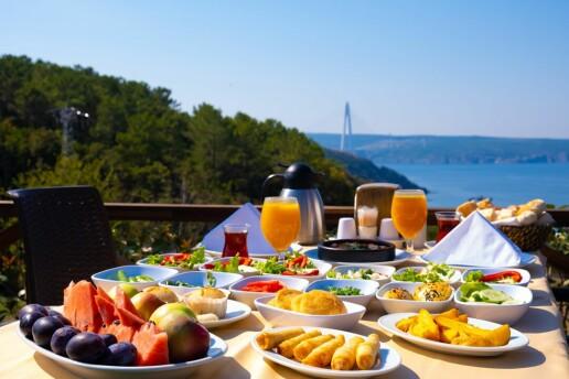 Beykoz Taşlıhan Butik Otel & Restaurant'ta Boğaza Nazır Sunulan Sınırsız Çay Eşliğinde Hafta İçi Serpme Kahvaltı, Hafta Sonu Açık Büfe Brunch Menüleri