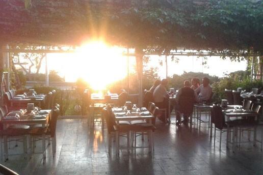 Mogan Gölü Manzarasına Nazır Bitez Yalısı Restaurant'ta Canlı Müzik Programı Eşliğinde Yılbaşı Gala Yemeği