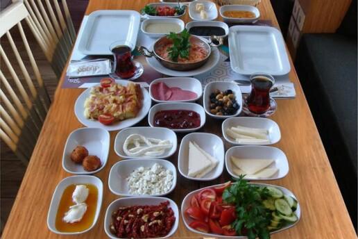Chef Dugga Cafe Restaurant'tan Limitsiz Çay Eşliğinde Serpme Kahvaltı