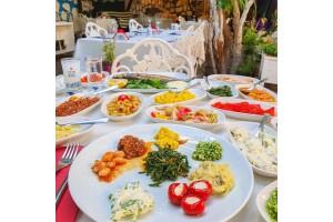 Büyükada Secret Garden Restaurant'ın Kaliteli Ambiyansında Yerli İçecek veya Şarap Eşliğinde 2 Kişilik Romantik Akşam Yemeği