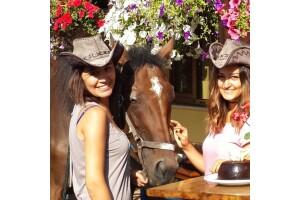 Atlı Tur Şubelerinde Farklı Bir Doğum Günü Deneyimi Yaşamaya Var Mısınız? At İle Doğada Gezinti ve Pasta Kesimi