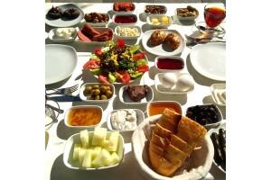 Bahçelievler Kezzban Cafe'nin Samimi Ambiyansında Sınırsız Çay Eşliğinde Kişi Başı Serpme Kahvaltı Menüsü