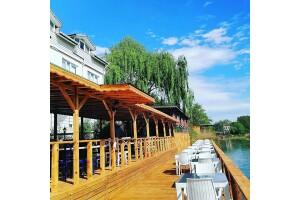 Temmuz Otel'de Nehir Kenarında Sınırsız Çay Eşliğinde Serpme Kahvaltı Keyfi