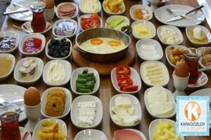 Karagözler Et & Izgara & Şarküteri'de Limitsiz Çay Eşliğinde Serpme Kahvaltı