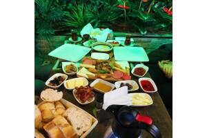 Sansiro Botanik Cafe'de Kişi Başı Leziz Serpme Kahvaltı