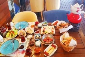 Bayraklı Casa Mia Cafe & Kitchen'da Sınırsız Çay Eşliğinde Çift Kişilik Serpme Kahvaltı