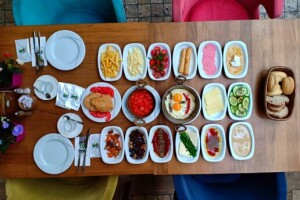 Şehr-i Bahçem Cafe & Restaurant'tan Sınırsız Çay Eşliğinde Nefis Kişi Başı Serpme Kahvaltı