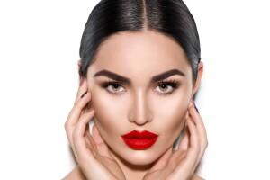 İlknur Köçkar Beautiful Ladies Güzellik'ten Kalıcı Makyaj Uygulamaları