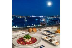 Legacy Ottoman Hotel Roof Bar & Restaurant'ın Benzersiz Boğaz Manzarası Eşliğinde Akşam Yemeği