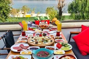 Chinchillas Balat'ta Yöresel Serpme Kahvaltı Keyfi