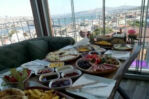 Şahmat Europe'de Deniz Manzaralı Serpme veya Açık Büfe Kahvaltı Menüleri