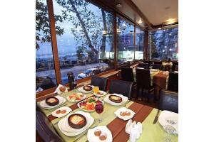 Moda Spor Kulübü Restaurant'ta Her Cuma Tibet Tüzün ve Gizem Can Sahnesi Eşliğinde Akşam Yemeği