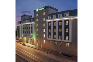 Holiday Inn Hotel Tuzla'da Kahvaltı ve Oda Seçenekli Çift Kişilik Konaklama Keyfi