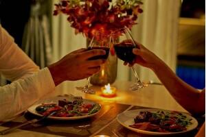 Hurry Inn Merter İstanbul'da Sevgililer Gününe Özel Canlı Müzik ve Keman Eşliğinde Romantik Akşam Yemeği + Konaklama Seçeneği veya Yalnızlar Partisi