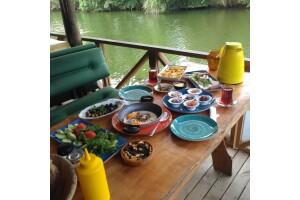 Ağva Kendine Has Cafe & Konukevi'nde Nehir Kenarında Enfes Serpme Kahvaltı