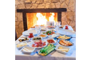 Kule Hotel'de İstanbul'un Kalabalığından Uzak, Yeşillikler İçinde Serpme Kahvaltı